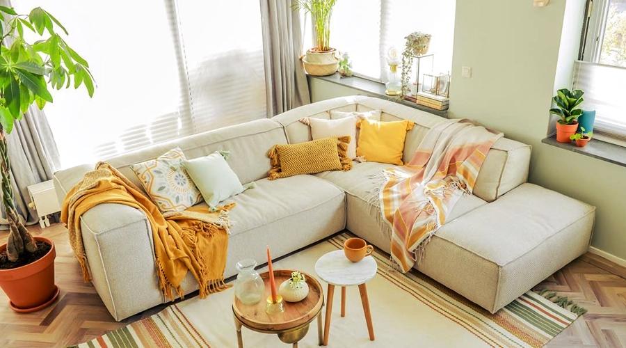 Skandynawski apartament z arabskimi akcentami, wystrój wnętrz, wnętrza, urządzanie domu, dekoracje wnętrz, aranżacja wnętrz, inspiracje wnętrz,interior design , dom i wnętrze, aranżacja mieszkania, modne wnętrza, styl skandynawski, scandinavian style, salon, living room, pokój dzienny, kanapa, narożnik, sofa,