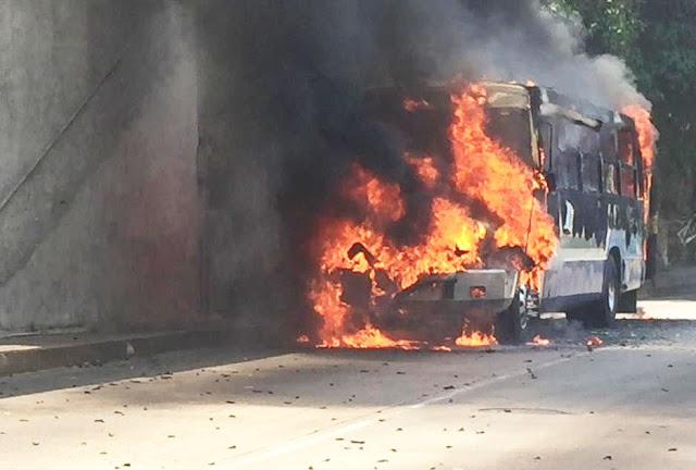 """""""Narcocoamandos incendian camión en la costera de Acapulco y dejan  mensaje"""""""