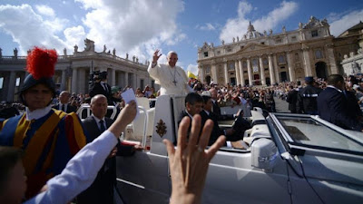 El papa Francisco saluda a los fieles tras una misa en la plaza San Pedro del Vaticano, 9 de octubre de 2016.