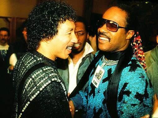 "Smokey Robinson & Stevie Wonder na gravação de ""We Are the World"""