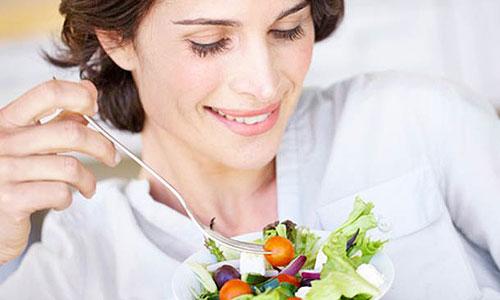 Mujer de 40 años comiendo sano