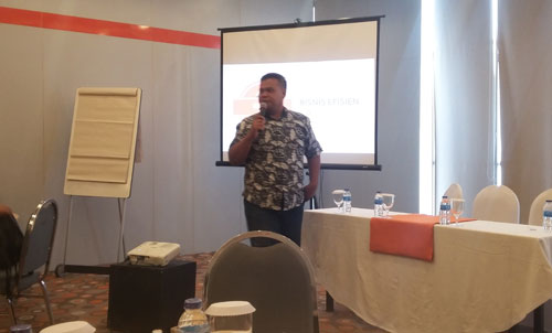 DIGITAL MARKETING : Edi Suprianto dari Komunitas Borneo Istimewa saat memberikan pengantar Digital Marketing dalam workshop Jurnal Untuk Pengelolaan Bisnis di HARIS Pontianak (19/11).  Foto Asep Haryono
