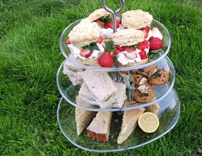 Selbstgebackenes Gebäck zum Afternoon Tea: Pimm's Scones, Gurken-Sandwiches, Shortbreads mit Salbei, Blauschimmelkäse und Walnüssen, Lemon Drizzle Teacake