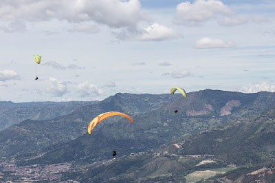 Медельин, Колумбия. Medellin, Colombia, развлечения, полет над долиной, с парашютом, горы