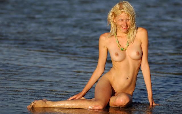 Светловолосая, девушка, голая, мокрая, грудь, тело, ножки, сидит, вода, песок, море