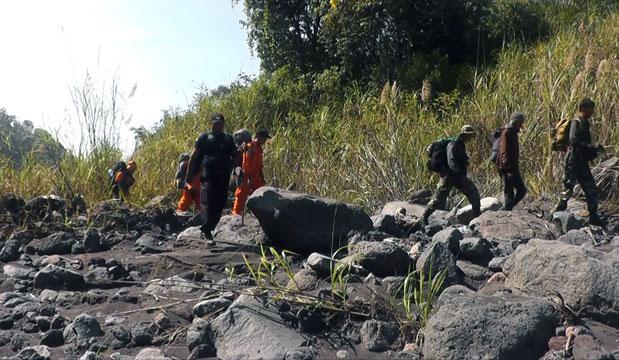 Petugas melakukan pencarian jenazah Saidin