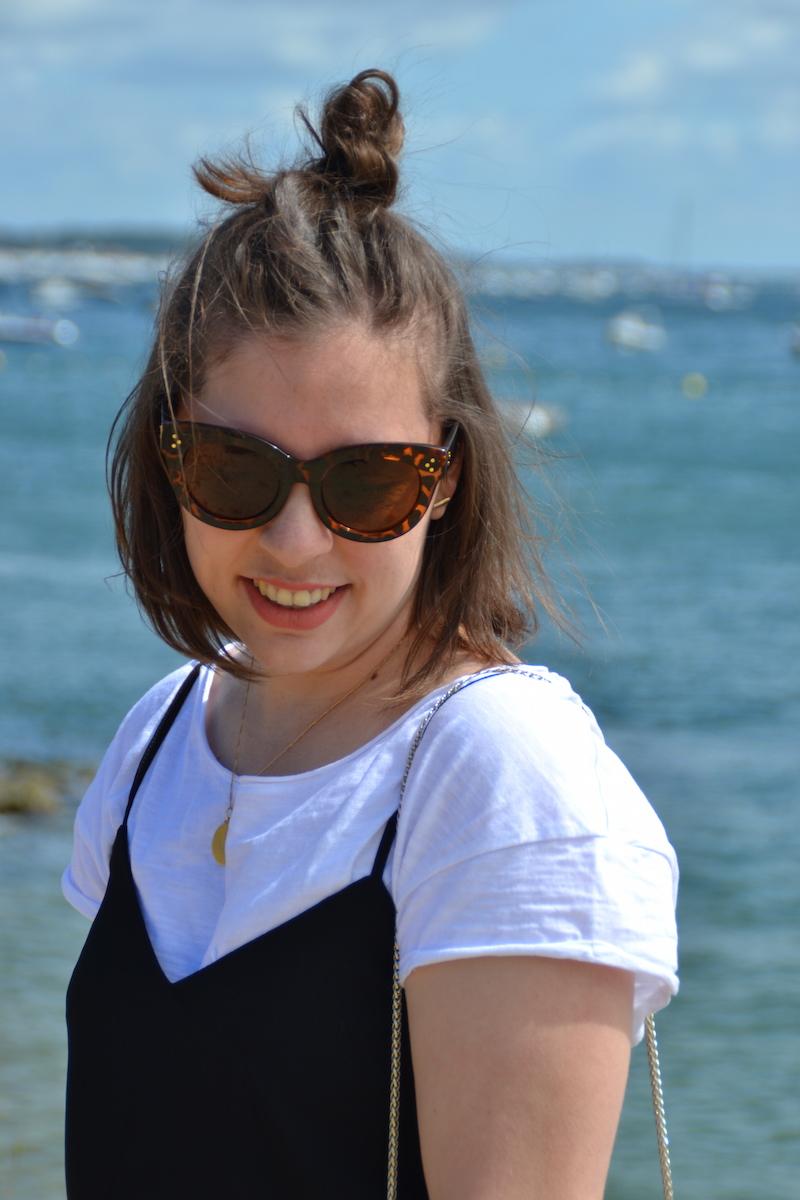t-shirt blanc et combishort Stradivarius, lunette de soleil Aliexpress