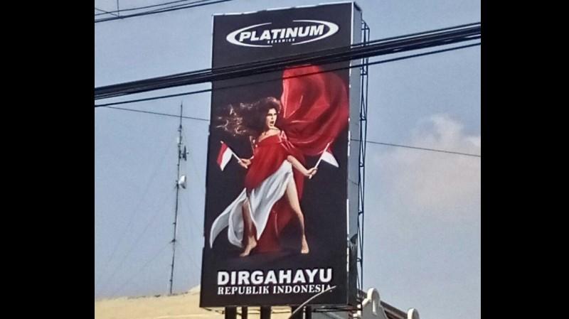 Iklan Platinum di Jalan Panglima Sudirman, Surabaya