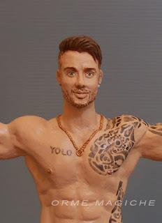 statuina realistica ritratto tatuaggi sposo muscoloso sposini torta orme magiche