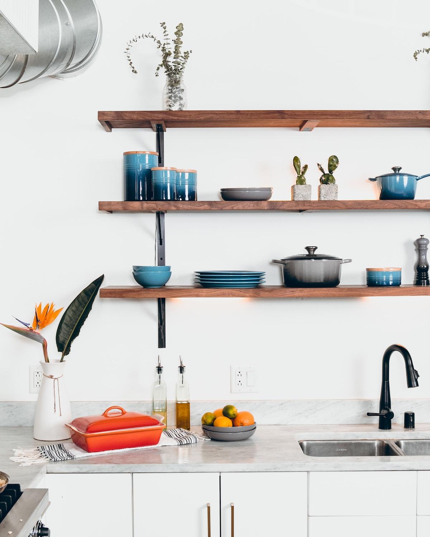 Organización de la cocina con estanterías