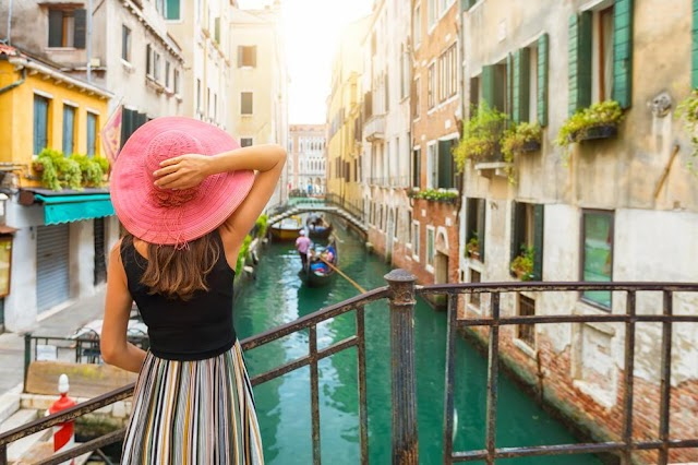 Banning bared bust, walking and regulations for travelers in Venice