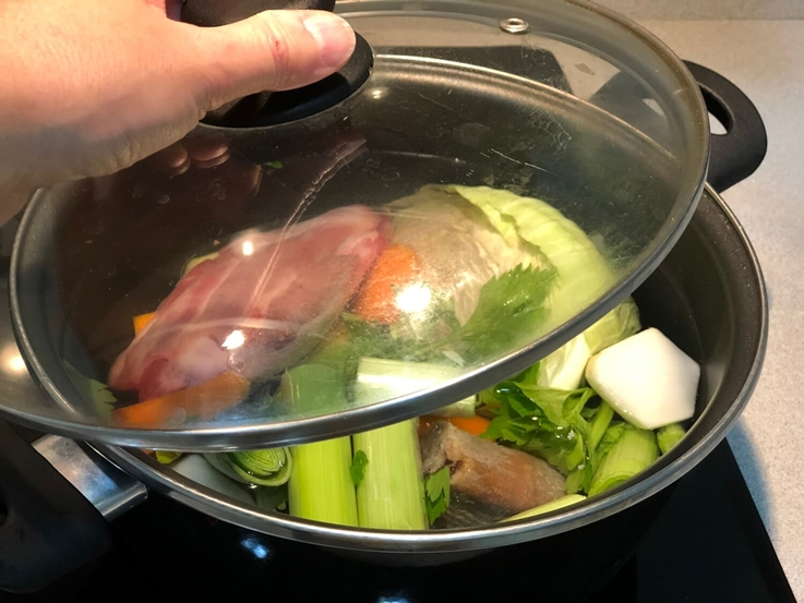 Caldo de jamón y verduras