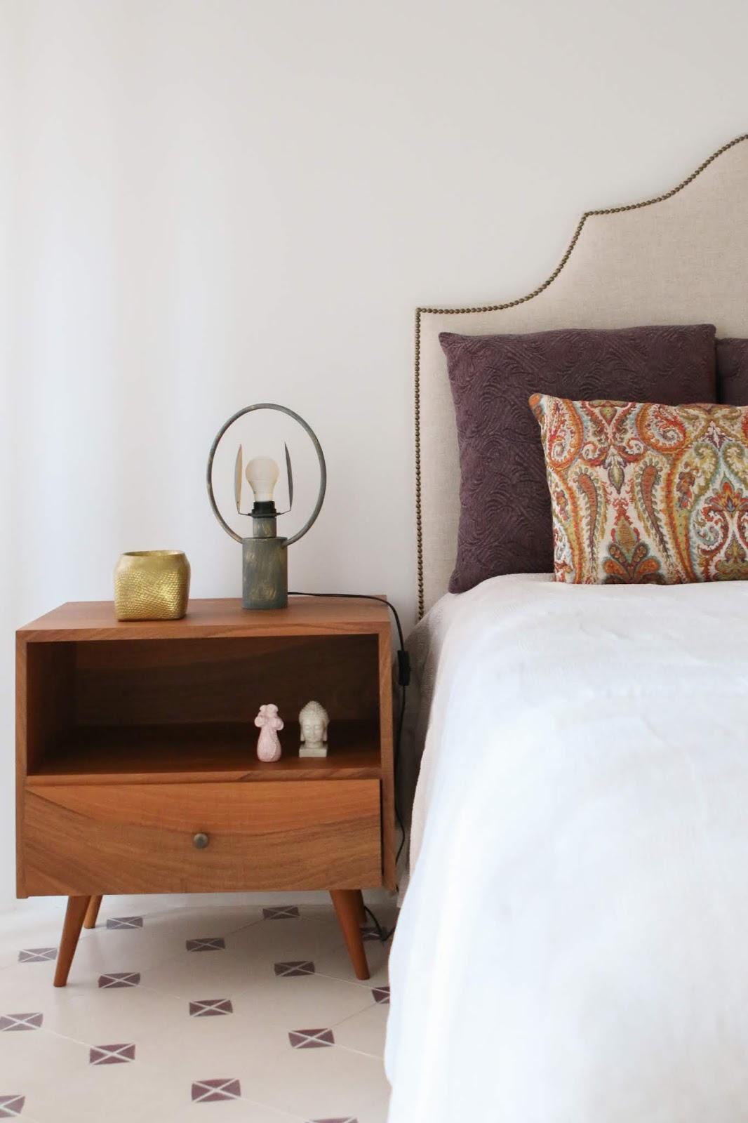 quarto suite cama com tachas e mesa de cabeceira madeira com abertura decoradora interiores Porto
