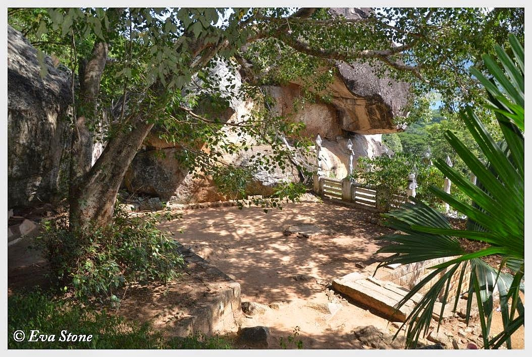 Eva Stone photo, caves, Bambaragala Rajamaha Vihara