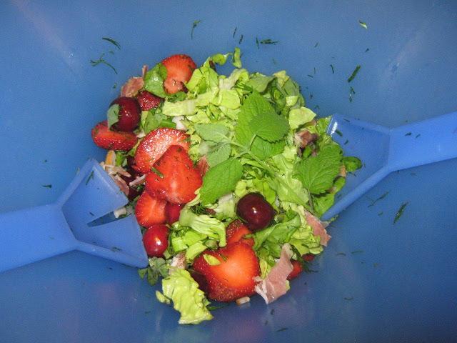 Epres tavaszi saláta illatos kerti fűszerekkel,mint  citromfű, menta ,kapor,