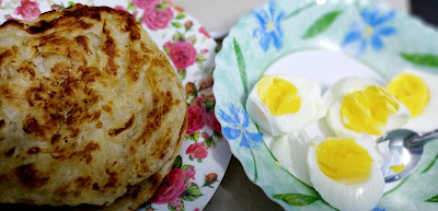 Telur Rebus Dan Roti Canai Untuk Sarapan