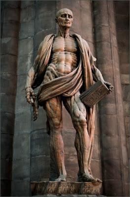 Con la piel humana forramos los dispositivos protésicos. Escultura de san Bartolomé (1563) de Marco d'Agrate. Duomo de Milán