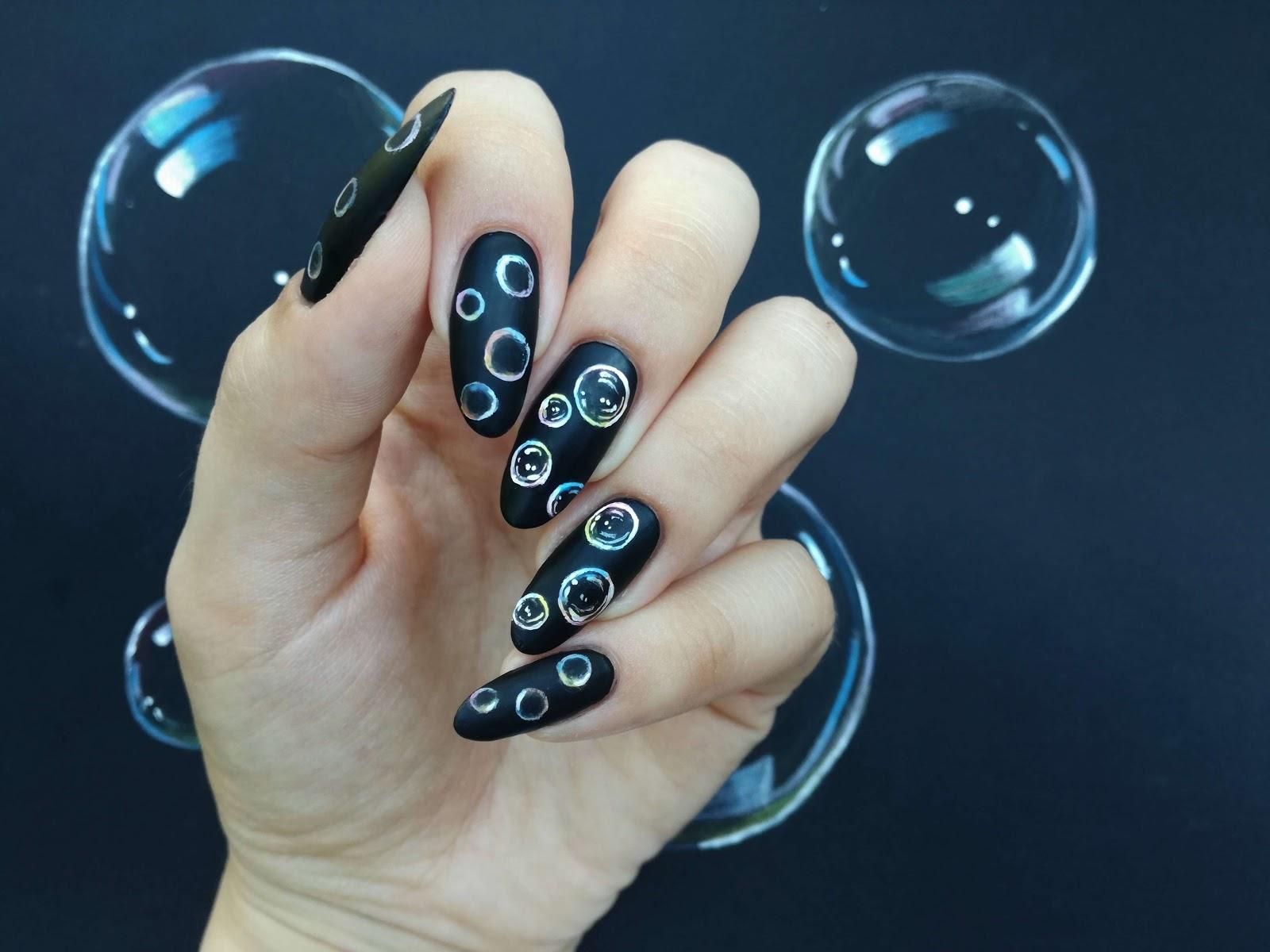 matowe czarne paznokcie w bąbelki