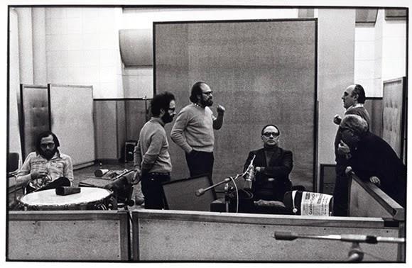 Imagen: Ennio Morricone y su equipo de trabajo. Fuente: Wikimedia. Gruppoimprovvisazione Creative Commons CC0 Roberto Masotti - archivio giovanni piazza
