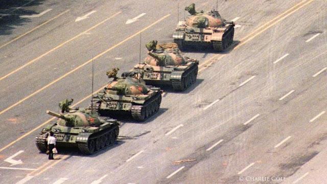 Minuto 00:58 - 'Tanque en Tiananmen' de Charlie Cole