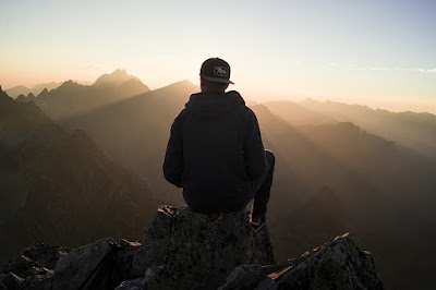 pria menyendiri, sadboy, menikmati alam, menikmati sunset, menghirup udara segar, menghilangkan gabut, menghilangkan bosan