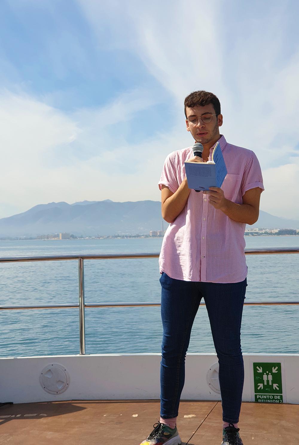 Antonio Lucas lee poemas en «El barquito poético»