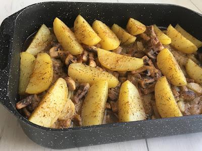 Pieczone mięso z pieczarkami i ziemniakami