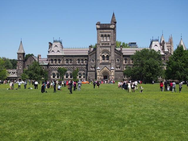ماذا تحتاج لتتعلم في مدارس كندا؟؟