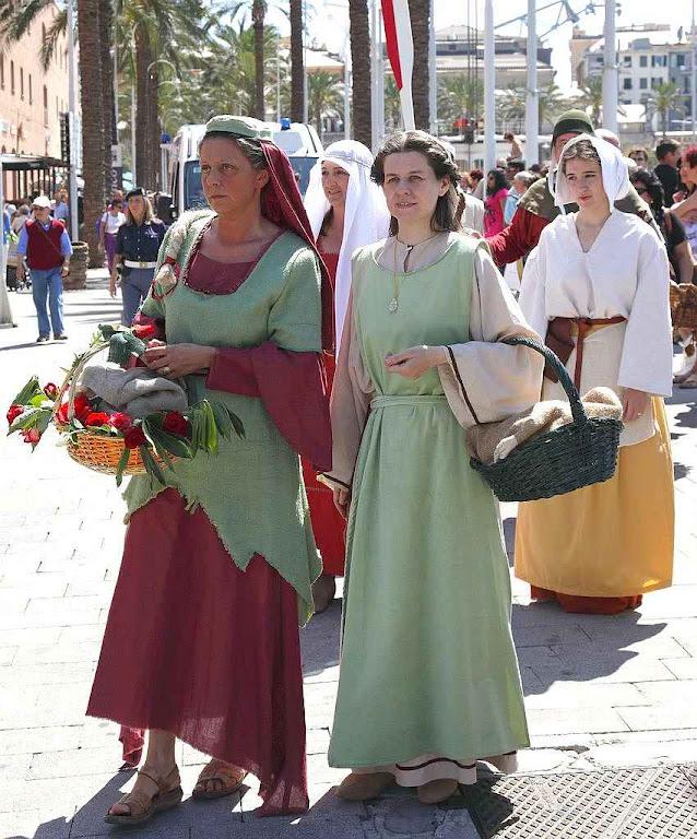 A condição dos camponeses obrigava à proteção e deixava-os livres para trabalhar a terra de que acabaram ficando donos. Parada histórica em Pisa, Itália.
