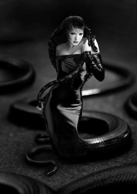 hantu lamia hantu wanita dengan kaki berbentuk ular yang menakutkan-1