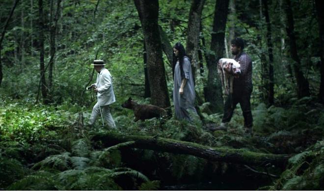 procesión por el bosque con perro muerto