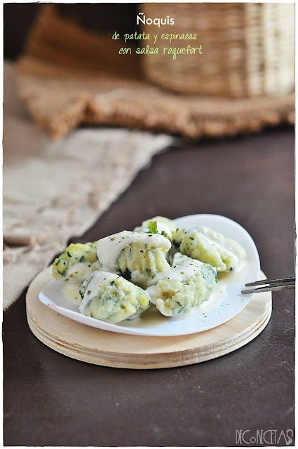 Ñoquis de patata y espinaca con salsa roquefort