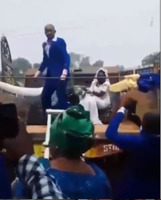 Nigerian Couple Uses Tipper At Their Wedding As Wife Climbs A Ladder
