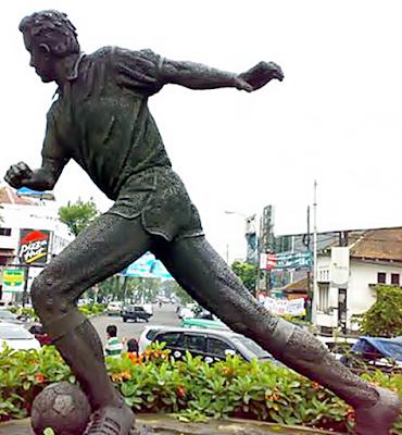 patung tokoh pahwan sepak bola di bandung
