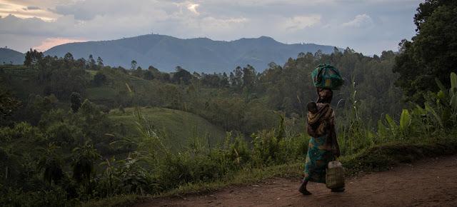 Una mujer huye con su hijo en la provincia congoleña de Kivu del Norte. La población desplazada por los ataques de grupos armados es muy vulnerable y precisa asistencia urgente. (Foto de archivo)OCHA/Ivo Brandau