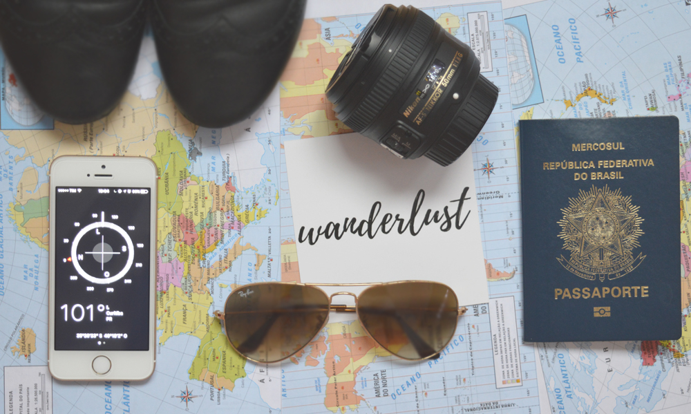 flat lay wanderlust viagem mapa bussola passaporte óculos de sol lente nikon oxford
