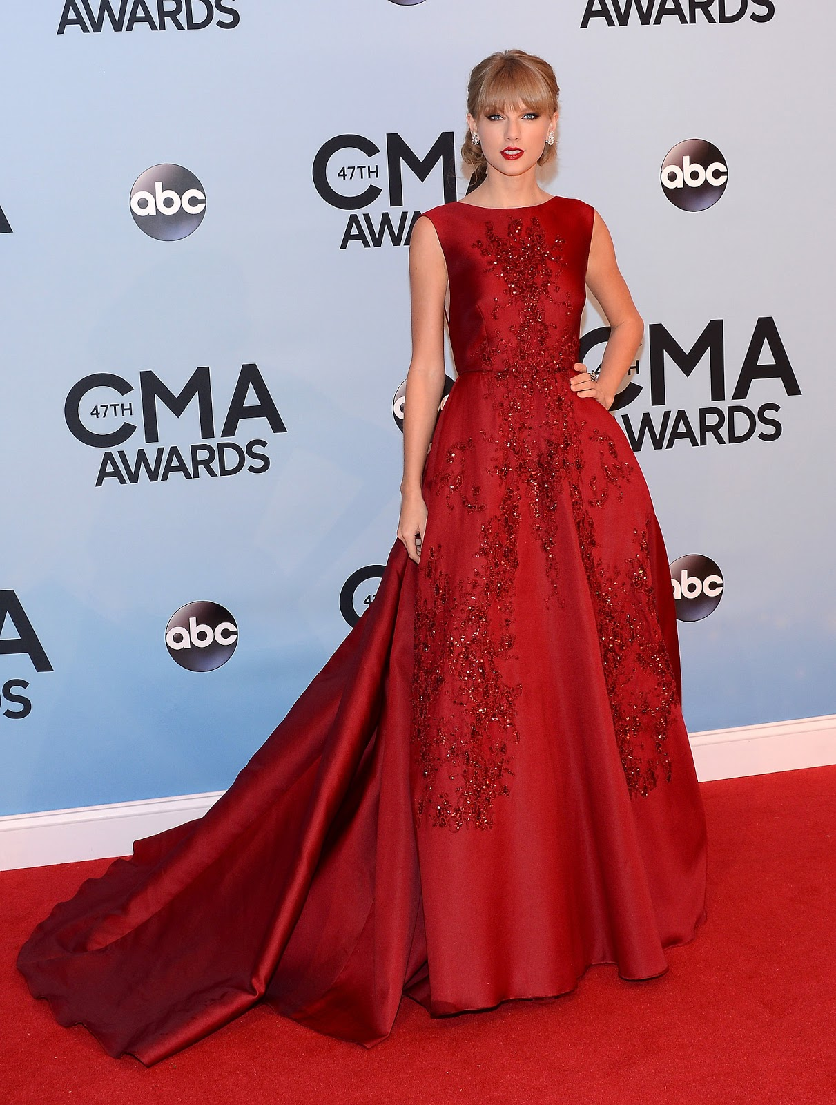 Taylor Swift wore a red ball gown to the CMAs - Valentin MAG