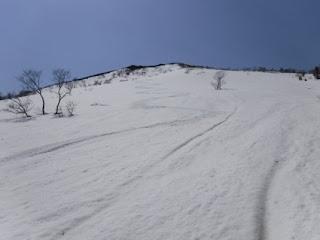 スキー滑降に快適な急斜面。