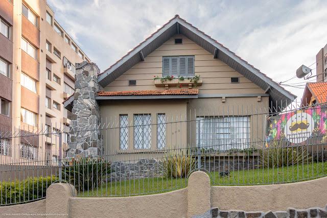 Casa na Rua Inácio Lustosa com detalhes em pedra e floreiras.