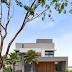 Fachada de casa contemporânea com volumes de concreto e de madeira!