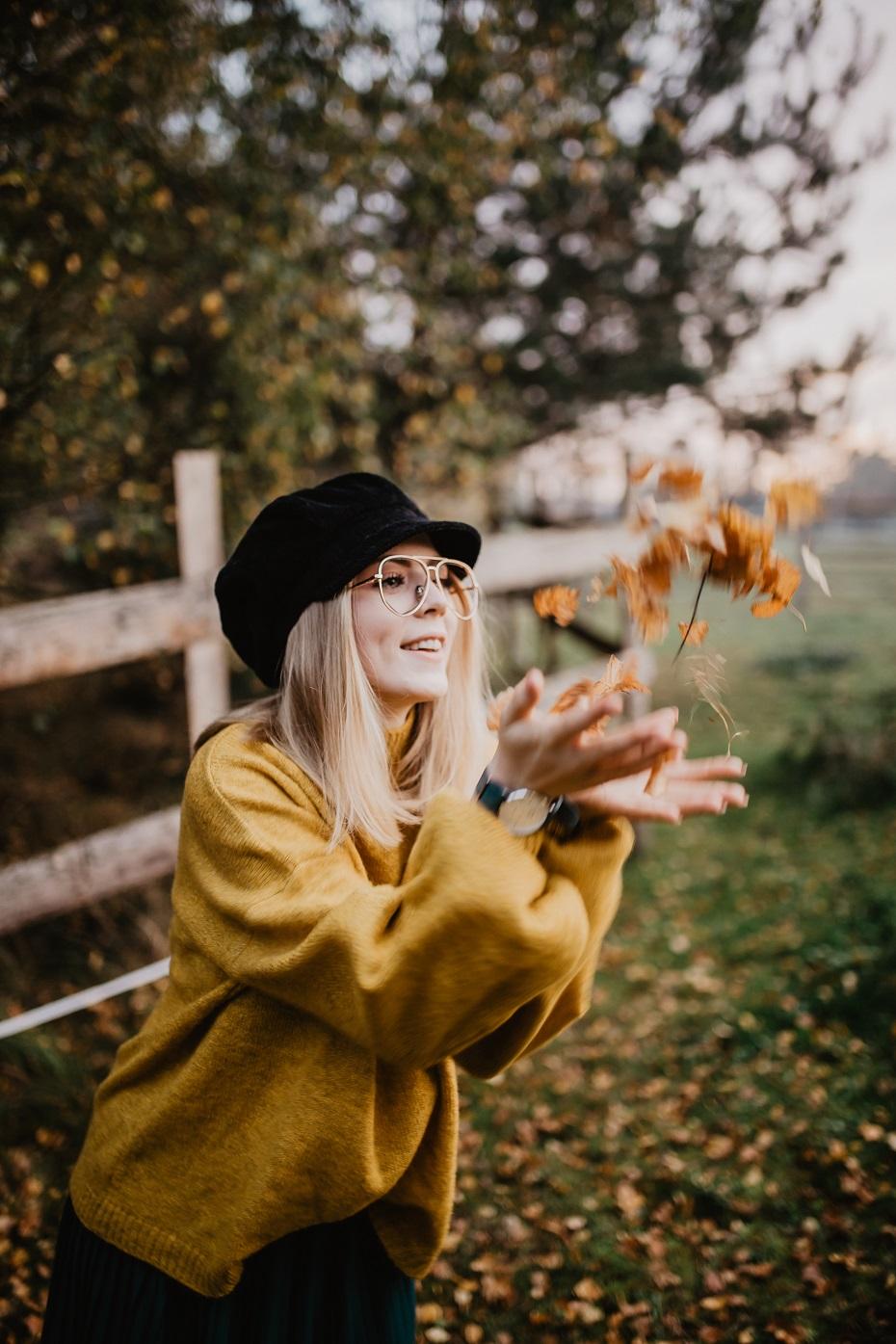 Musztardowy sweter i plisowana spódnica | Jesienna stylizacja z końmi