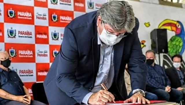 João Azevêdo sanciona lei que promove acesso gratuito de mulheres e meninas de baixa renda a absorventes
