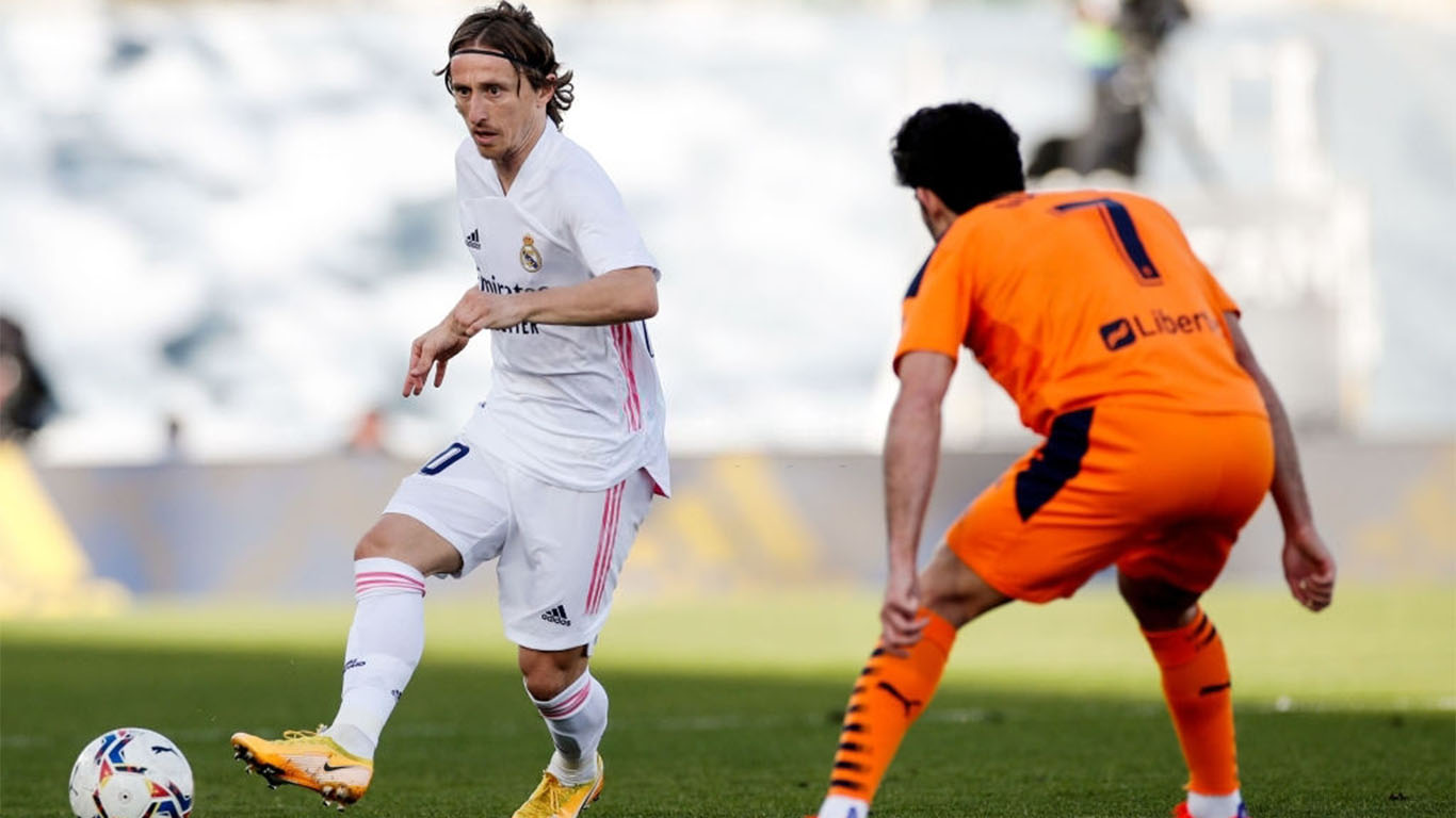 luka-modric-from-real-madrid-and-gon%C3%A7alo-guedes-from-news-photo