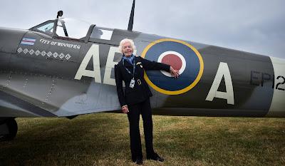 Mary Ellis posa junto a un Spitfire, en 2015 en Kent (Reino Unido)