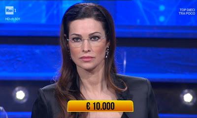 Manuela Arcuri con occhiali da professoressa i soliti ignoti 30 aprile