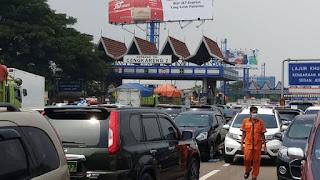 Massa Sambut Kedatangan Habib Rizieq, Tol Bandara Soetta Macet di Dua Arah