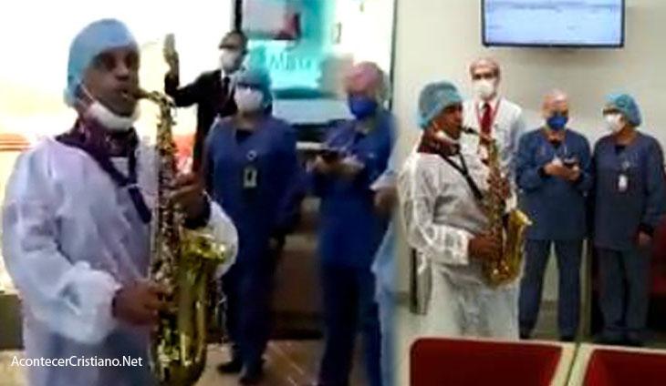 Pastor tocando saxofón en hospital