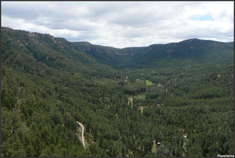Vista del amplio valle de El Hosquillo desde su final. Al fondo se intuye el Rincón Del Buitre