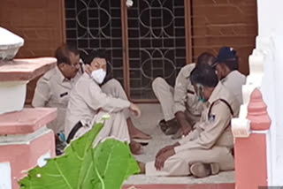 जैन मंदिर में पुलिसकर्मी खेल रहे थे ताश, मीडियाकर्मी से कैमरा छीनकर की बदसलूकी
