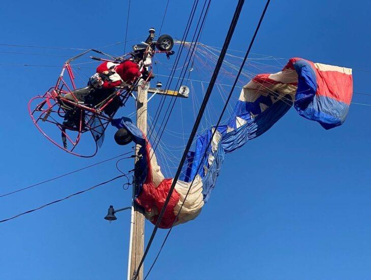 Bomberos rescatan a un Santa Claus tras quedar atorado en el cableado eléctrico